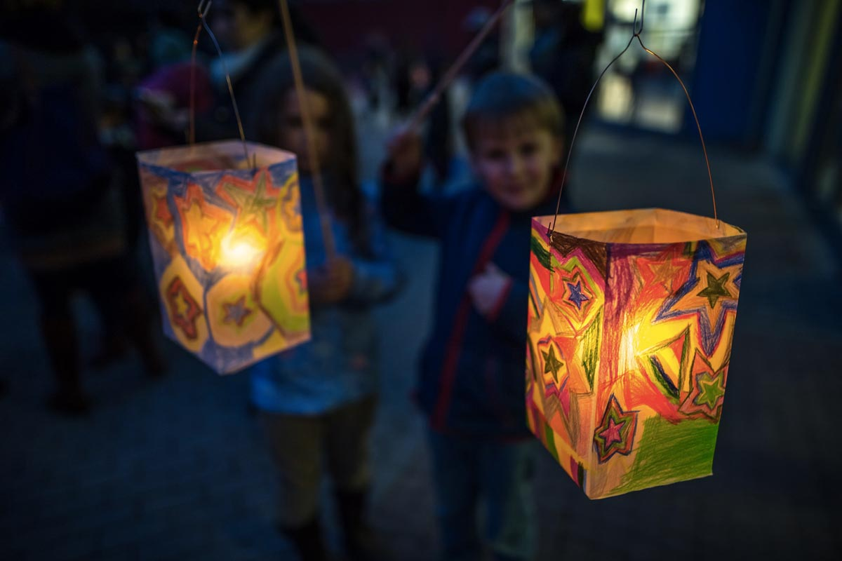 Children holding colorful lanterns © Franz Ferdinand