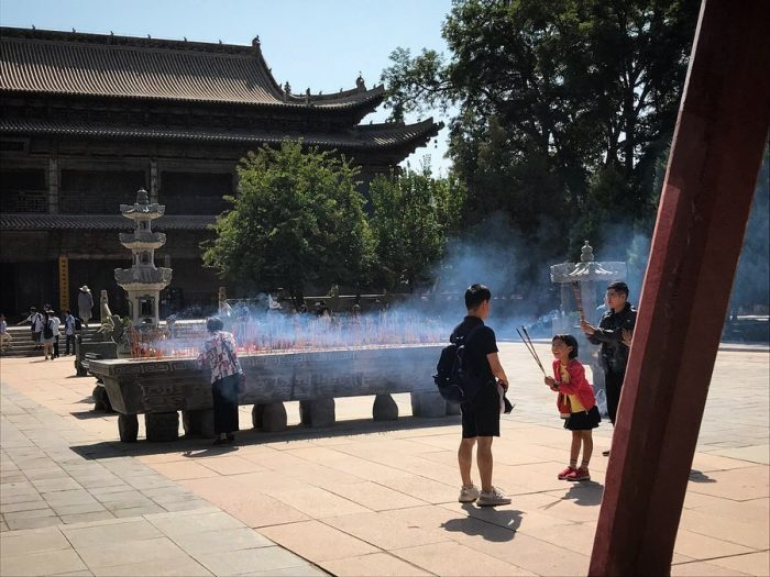 Kids in front of the incense burner in Dafo Temple, Zhangye © Travelwithmk.com